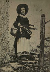 Una fotografia del Novecento che riprende un tipico costume della Val Vigezzo