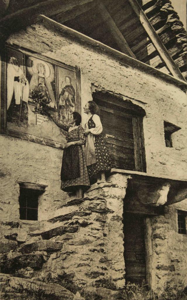 Cartolina d'epoca ritraente un momento di devozione verso la Madonna di Re.